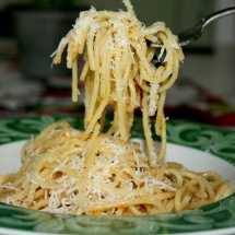 Parmesan-Spaghetti in Chili-Knoblauch-Zitronen-Öl