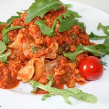Pasta Mediterraneo mit Oliven, Tofu, Kapern und Rucola