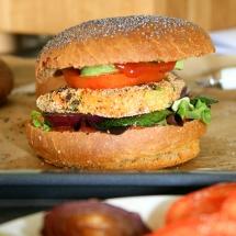 Veganer Tofuburger mit veganem Brötchen