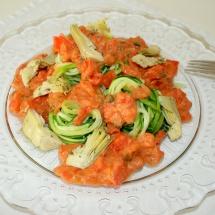 Zucchininudeln mit Tomaten-Mandelcreme und Artischocken