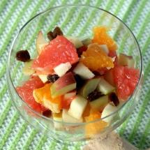 Obstsalat mit Rosinen und frischem Ingwer