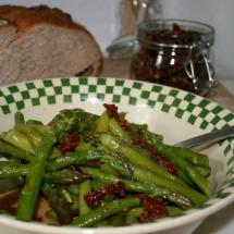 Spargelsalat mit getrockneten Tomaten