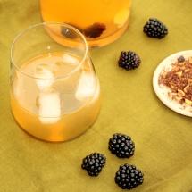 Roisboos- Eistee mit Zitrone, Ingwer & geeisten Brombeeren