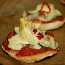 Pizzateilchen mit Artischocken, Zucchini und Chili