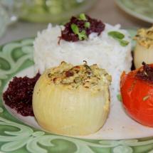 vegetarisch gefüllte Zwiebel mit Ofentomate und Reis