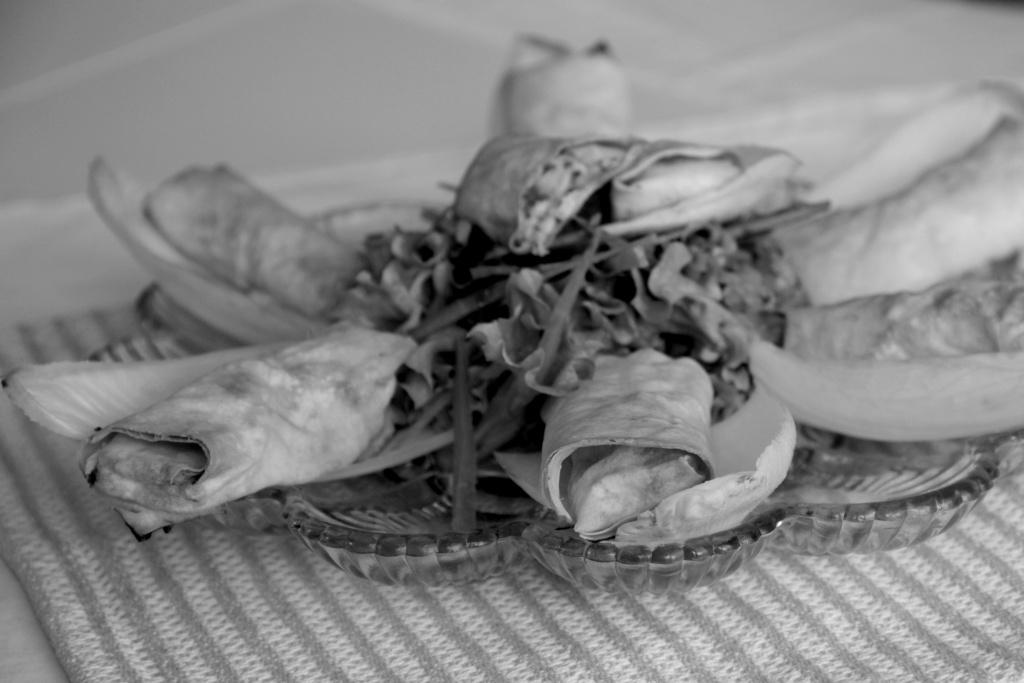 Hüttenkäse-Röllchen aus Filoteig mit Salat sw