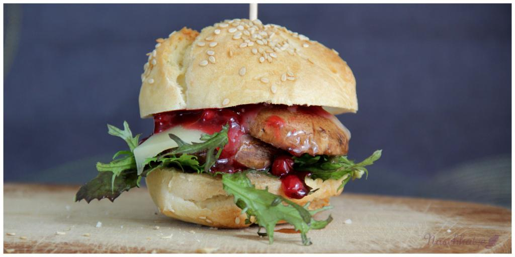 Burger aus Guten-Morgen-Brötchen mit Champignon, Käse und Preiselbeeren (1)