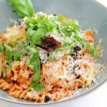 Pasta mit Tomatensoße, gebratenen Zwiebeln, getr. Tomaten, Käse & Basilikum