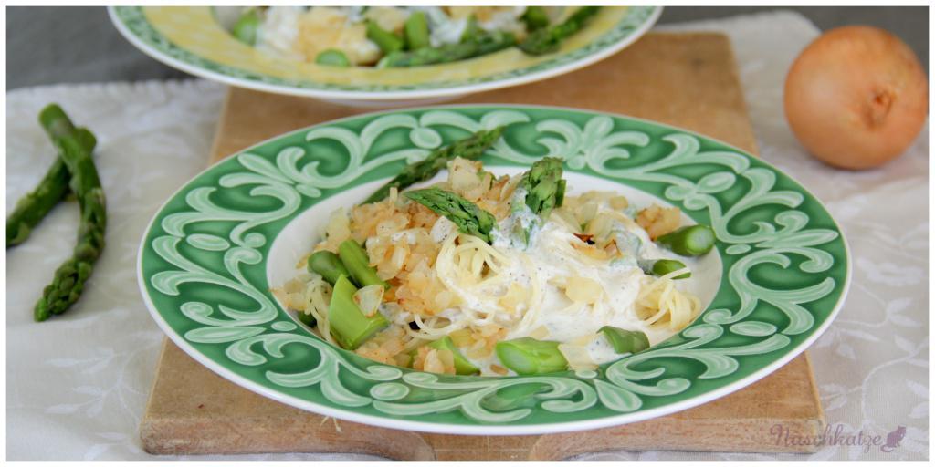 Pasta mit grünem Spargel, gebratenen Zwiebeln und Ziegenfri