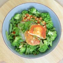 Grüne Lunchbowl mit Glasnudeln & Grillkäse