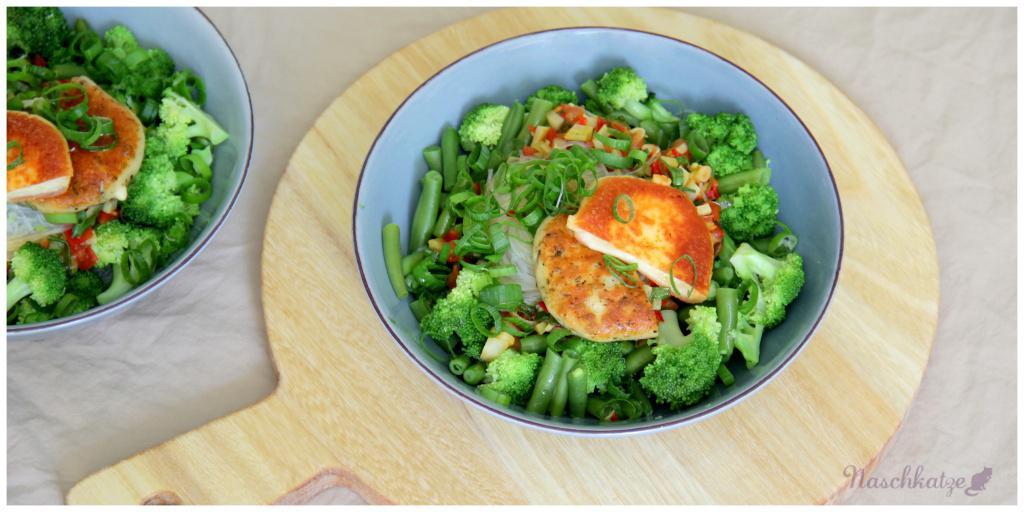 Grüne Lunchbowl mit Glasnudeln und Grillkäse1