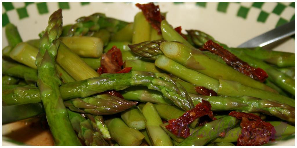 Grüner Spargelsalat mit getrockneten Tomaten