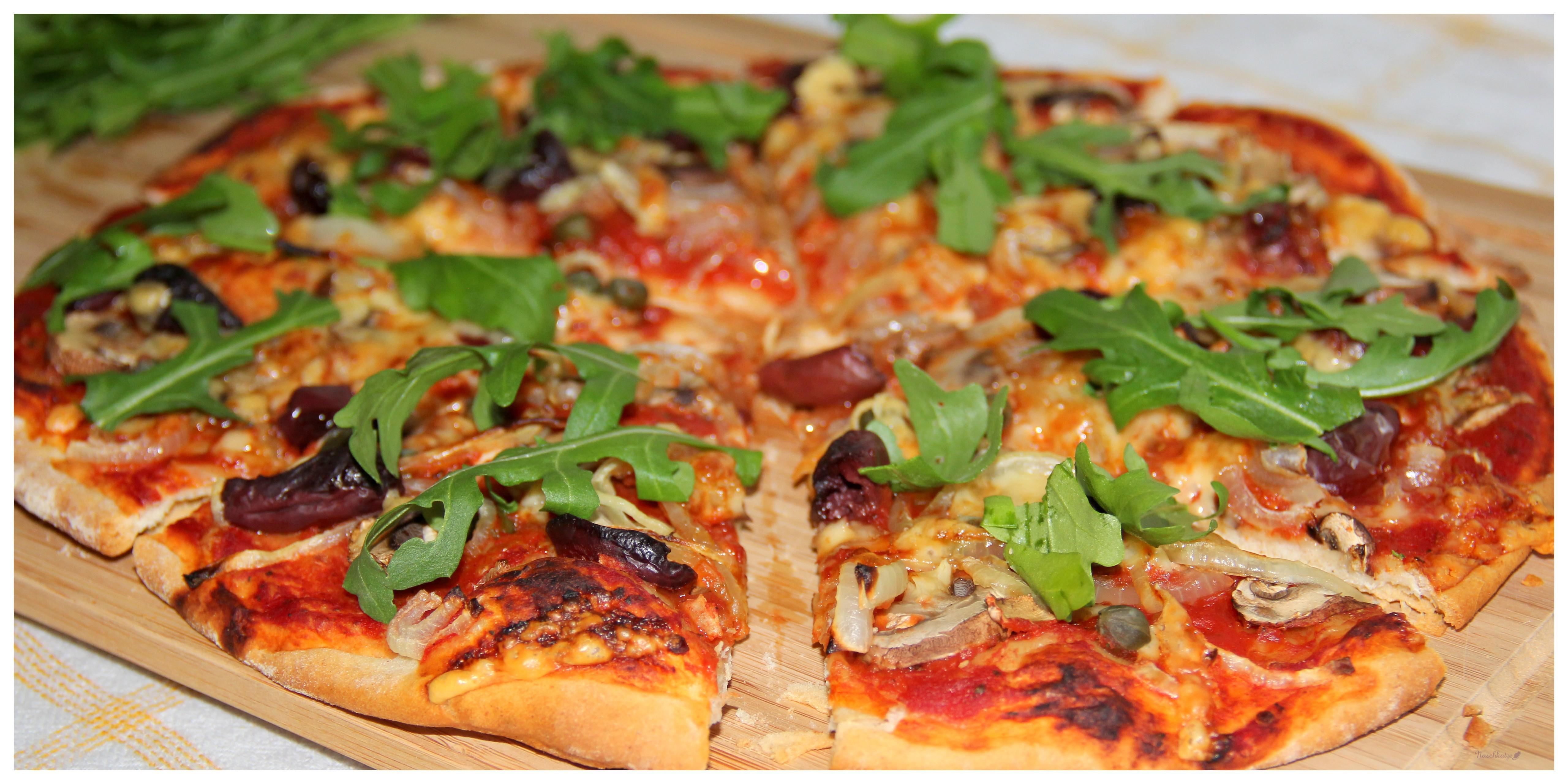 Pizza mit Champignons, Zwiebeln, Oliven, Kapern und Rucola – Naschkatze