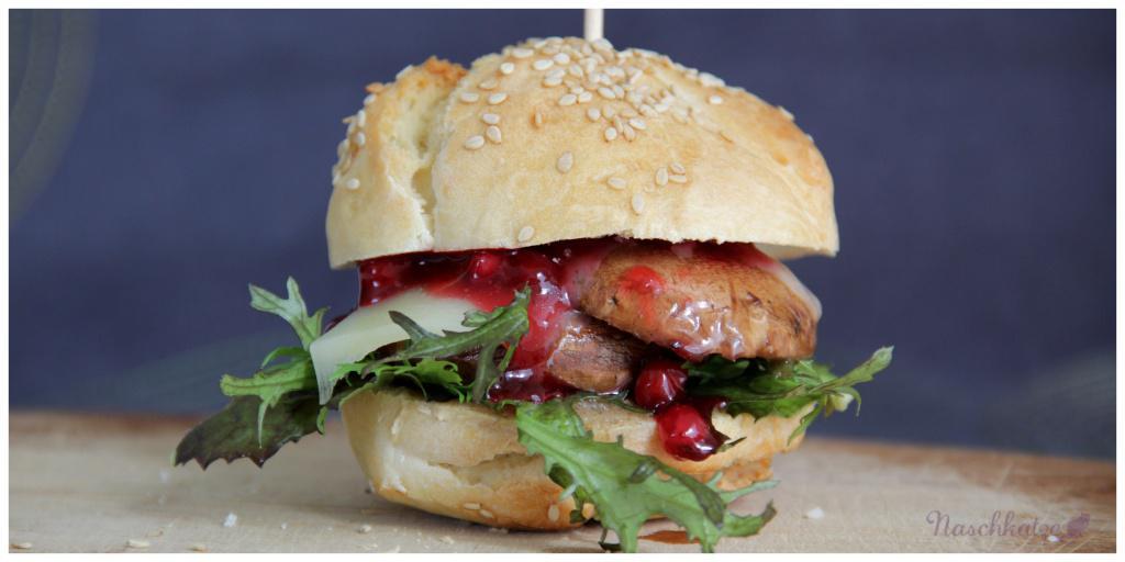 Burger aus Guten-Morgen-Brötchen mit Champignon, Käse und Preiselbeeren (2)