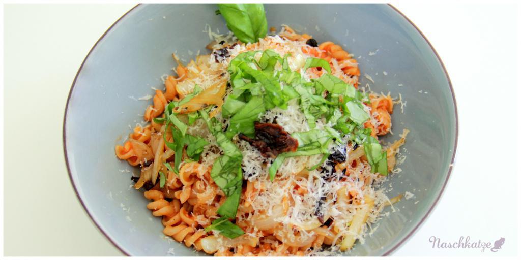 Naturata-Vollkornnudeln mit Tomatensoße, Getr.Tomaten, Zwiebeln, Basilikum u Käse (1)