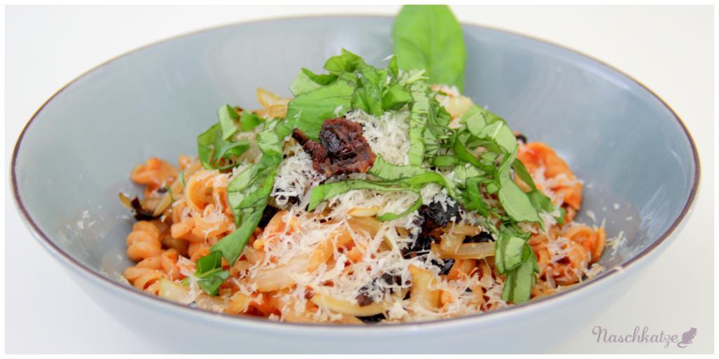 Naturata-Vollkornnudeln mit Tomatensoße, Getr.Tomaten, Zwiebeln, Basilikum u Käse (3)